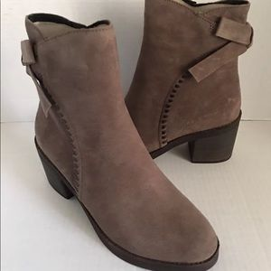 d276dc2d560 New UGG Women Fraise Whipstitch Bow Leather Boot. NWT